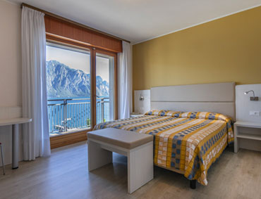 Overview of the double room at the Hotel Astoria in Malcesine