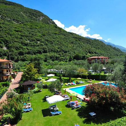 La vista del parco e della piscina dell'Hotel Astoria a Malcesine