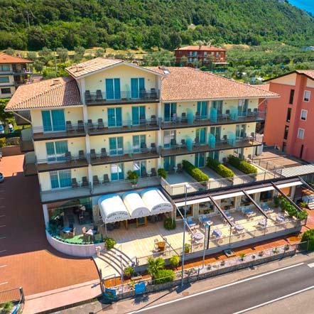 L'Hotel Astoria a Malcesine, visto dalla spiaggia di Campagnola